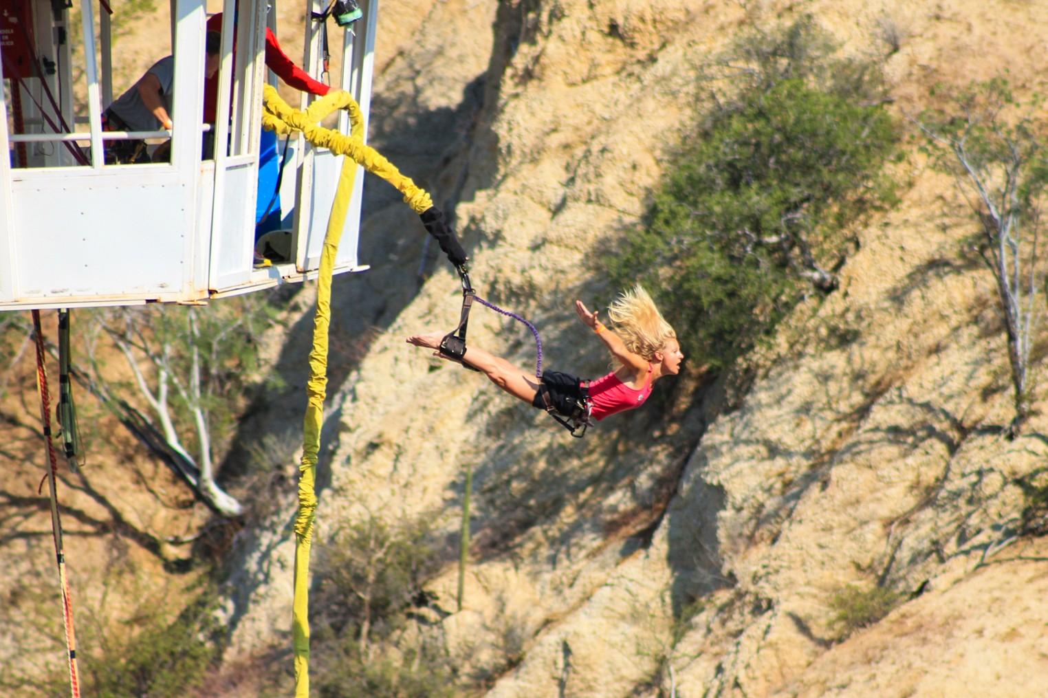 visitante saltando en bungee en Wild Canyon en Los Cabos